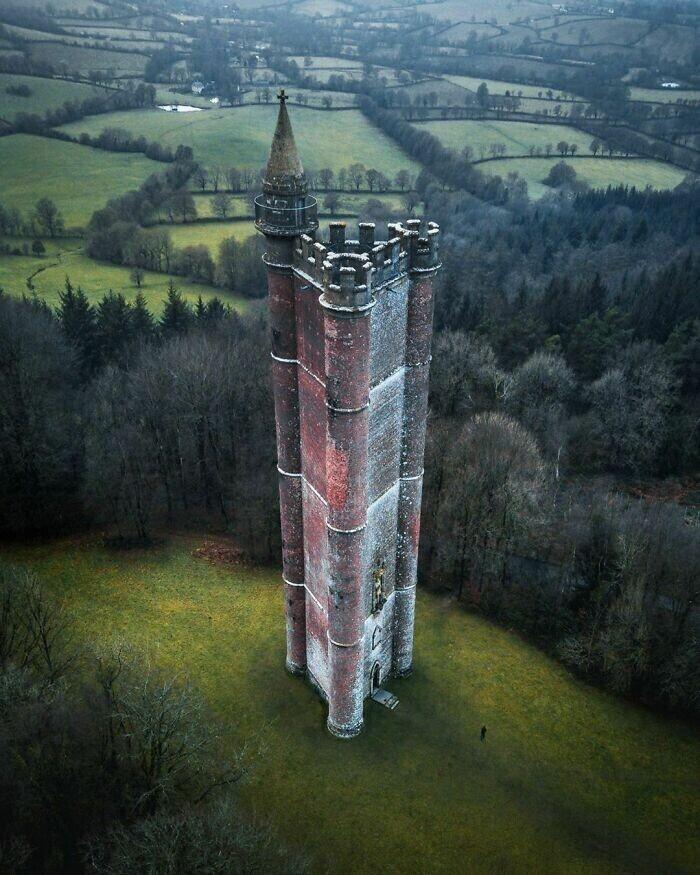 Башня короля Альберта. Человек у подножия - для масштаба