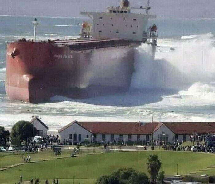 Нет, это не фотошоп. К поселку подошел корабль, сравнимый с ним по размерам