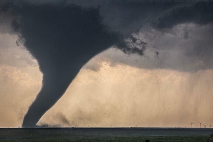 Если сравнить размер этого торнадо с ветряками у его подножия, становится жутко