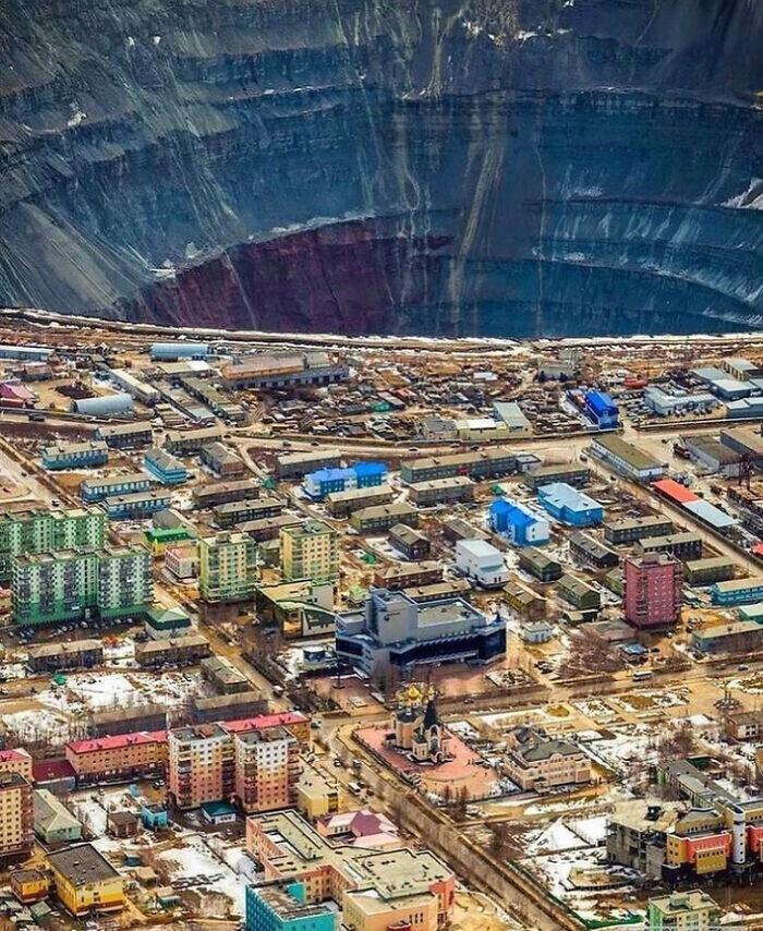 """Самая большая в мире алмазная шахта """"Мир"""" в Якутии"""