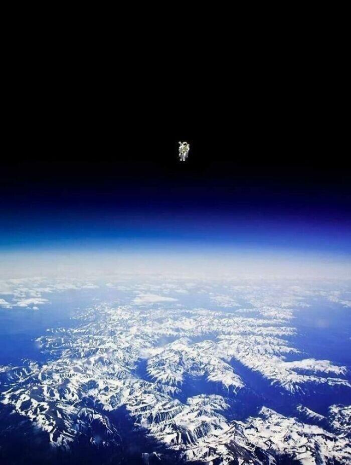 Астронавт Брюс Маккендлесс в автономном полете в космическом пространстве