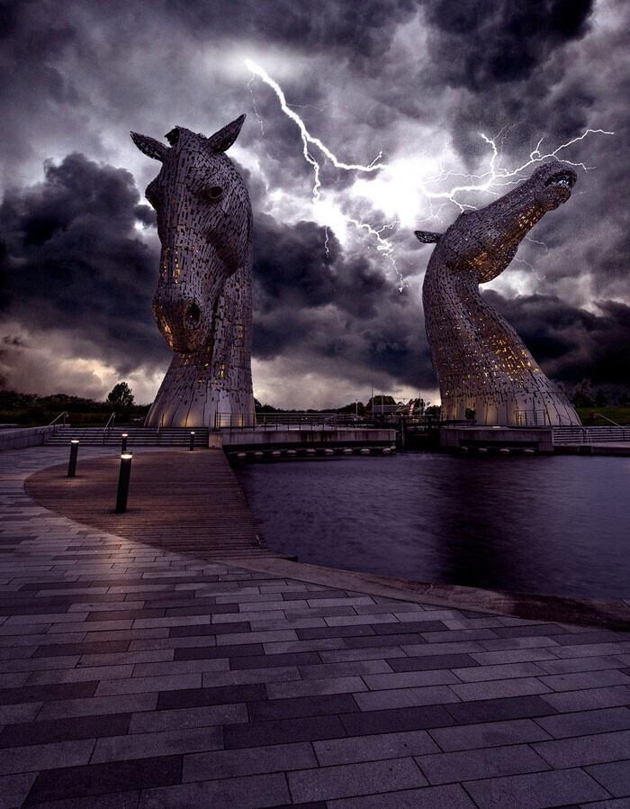 """Гигантская статуя """"Келпи"""" в Шотландии во время грозы"""