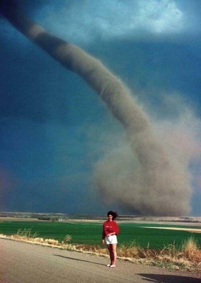 Девушка позирует на фоне торнадо, находящегося в полутора километрах от нее