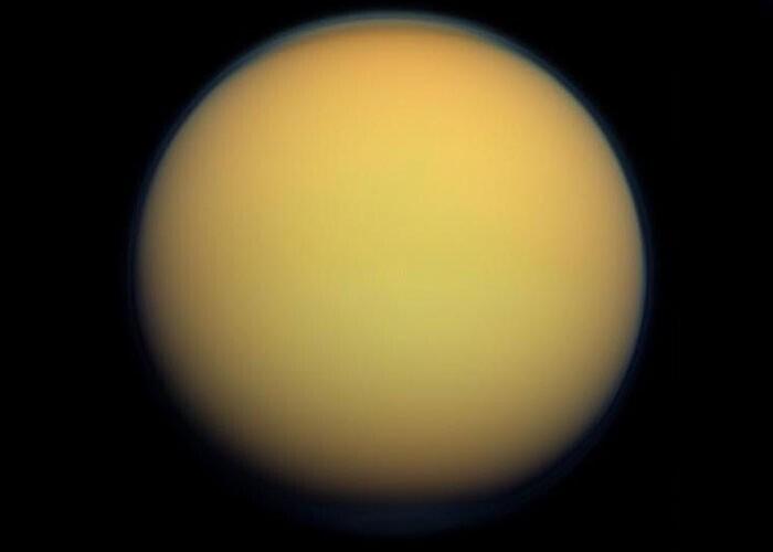 Титан (спутник Сатурна) - единственный спутник планеты в Солнечной системе с плотной атмосферой, а также единственное тело (кроме Земли), на котором обнаружена жидкость в виде озер, рек и океанов