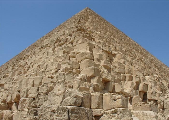 Чтобы воссоздать 2,5-тонный блок Великой пирамиды, четверо человек работали четыре дня, используя инструменты, найденные в заброшенном древнем египетском карьере