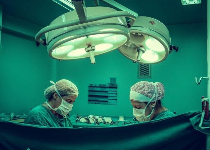 Самая долгая операция в мире длилась 103 часа и выполнялась 20 врачами. Это было разделение сросшихся близнецов в Сингапуре в 2001 году