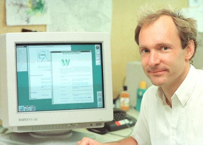 Британский ученый Тим Бернерс-Ли создал Всемирную паутину в 1989 году. Ему не нравилось то, что приходилось опрашивать всех коллег о том, какие программы имеются на их компьютерах - и он создал систему, которая и привела к созданию WWW