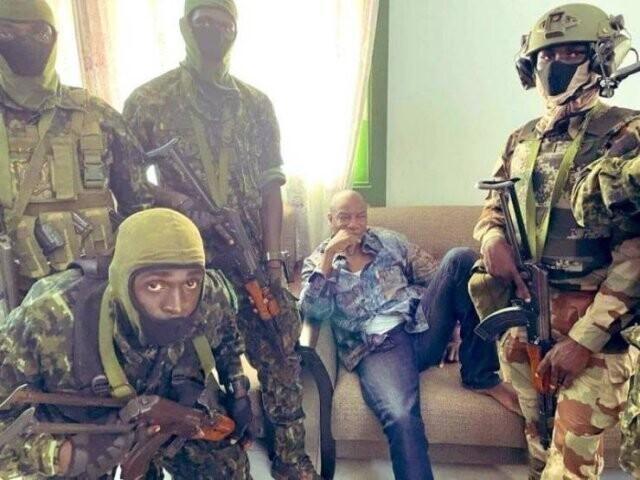 5. В Гвинее происходит государственный переворот. Военные позируют с арестованным президентом