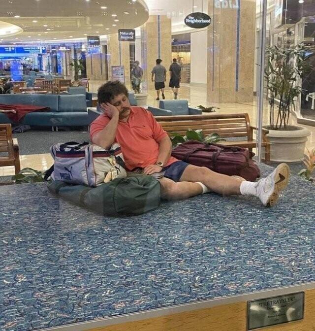 1. Это не мужчина средних лет, уставший от путешествий, это бронзовая скульптура в аэропорту