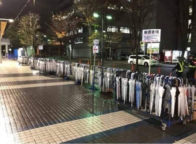 9. В Японии на улицах есть специальные подставки для зонтов на случай дождя. После того, как дождь прекратится, вы должны положить зонт обратно на ближайшую стойку