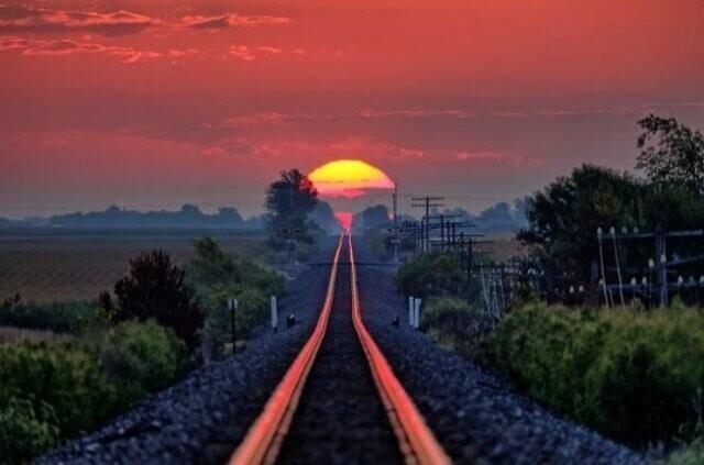 """27. Дважды год в Иллинойсе в этом месте можно увидеть """"Дорогу к восходу солнца"""" - великолепное отражение солнечных лучей на железнодорожных рельсах"""