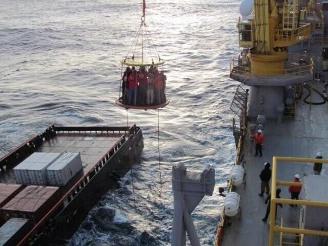 12. Как доставляют рабочих на морские буровые установки