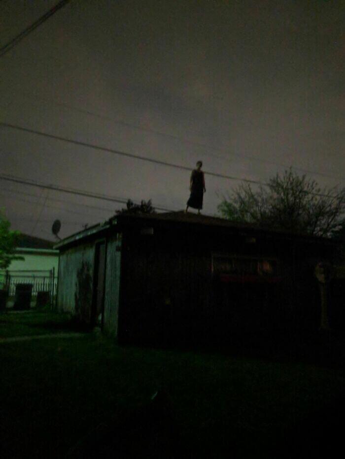 """3. """"Друг пошел прогуляться прошлой ночью и увидел эту женщину. Она просто стояла на крыше"""""""