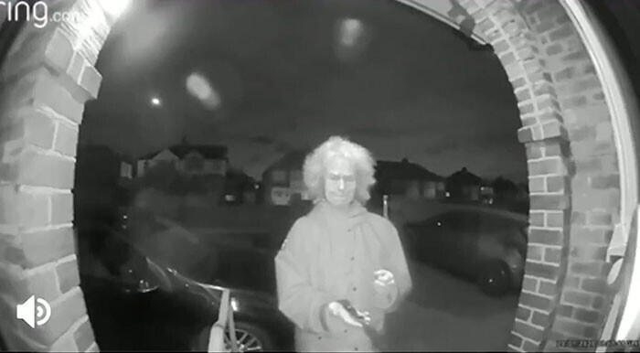 17. Старушка с ножом в руке на видеокамере дверного звонка посреди ночи