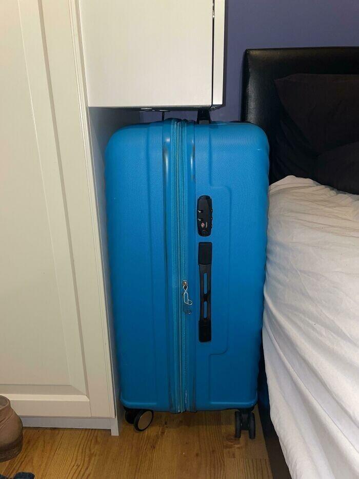 """""""Мой чемодан чудом поместился в это пространство в арендованной квартире"""""""
