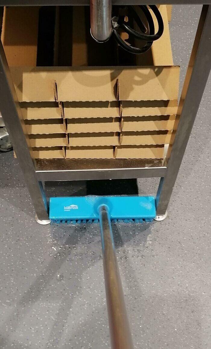 Щетка для чистки прекрасно проходит под стеллаж