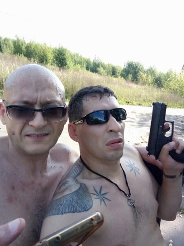 15. Фото для соцсетей с пистолетом - классика жанра