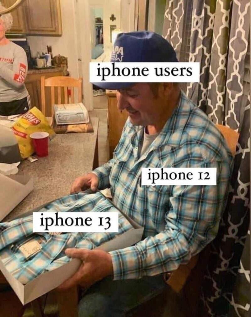1. Именно данным мемом охарактеризовали тех, кто планирует менять 12-й айфон на 13-й