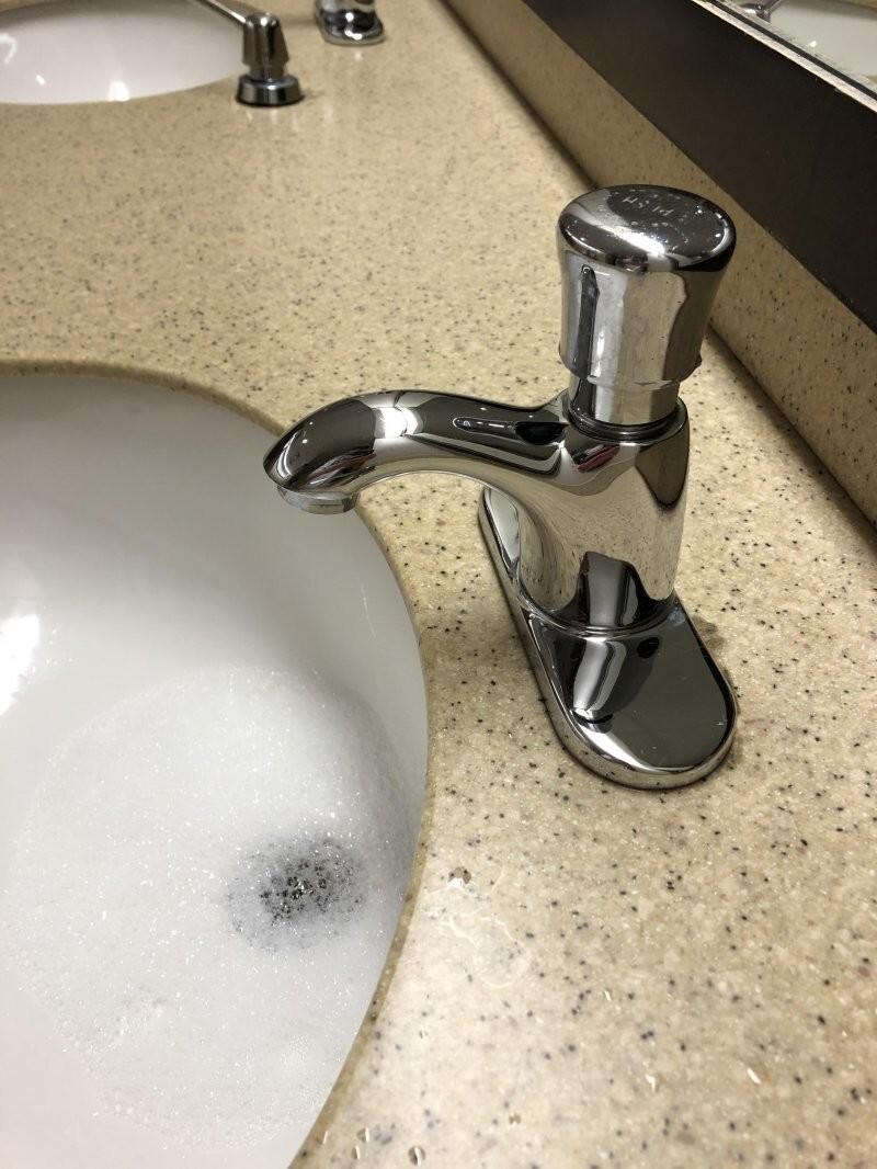 3. Как же неудобно мыть руки в общественных местах