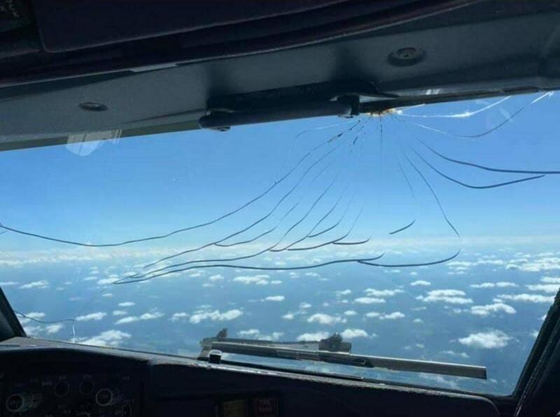 Трещины на стекле, это последнее, что хочется видеть в самолёте
