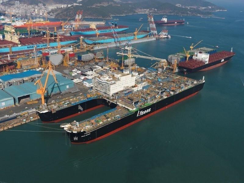 Крупнейшее в мире судно, предназначенное для монтажа, демонтажа и перевозки морских буровых платформ, а также для прокладки подводных трубопроводов