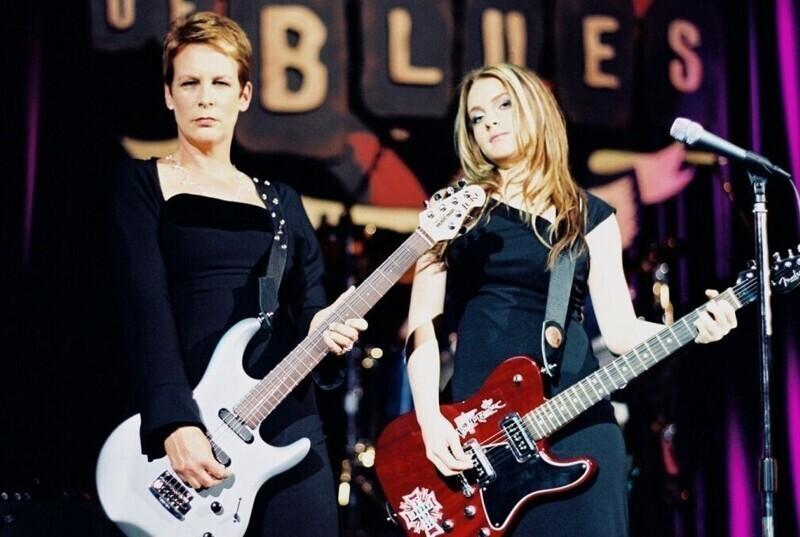 """В одной из финальных сцен фильма """"Чумовая пятница"""" (2003), когда Линдси Лохан и Джейми Ли Кёртис были на концерте, Кёртис самостоятельно исполнила соло на гитаре. До съемок она специально его разучивала"""