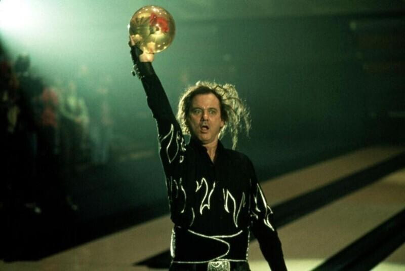 """В фильме """"Заводила"""" (1996) Билл Мюррей сыграл мастера боулинга Эрни Маккрэкена. Почти все его реплики были импровизированными, а еще - Мюррей действительно забил три страйка подряд на съемках, поэтому аплодисменты толпы не наиграны"""