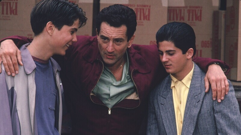 """На съемках фильма """"Славные парни"""" (1990) Роберту Де Ниро не нравилось держать в руках ненастоящие деньги, и их заменили реальными купюрами. Реквизитор предоставил несколько тысяч долларов, и после съемки сцены потребовал все строго пересчитать"""