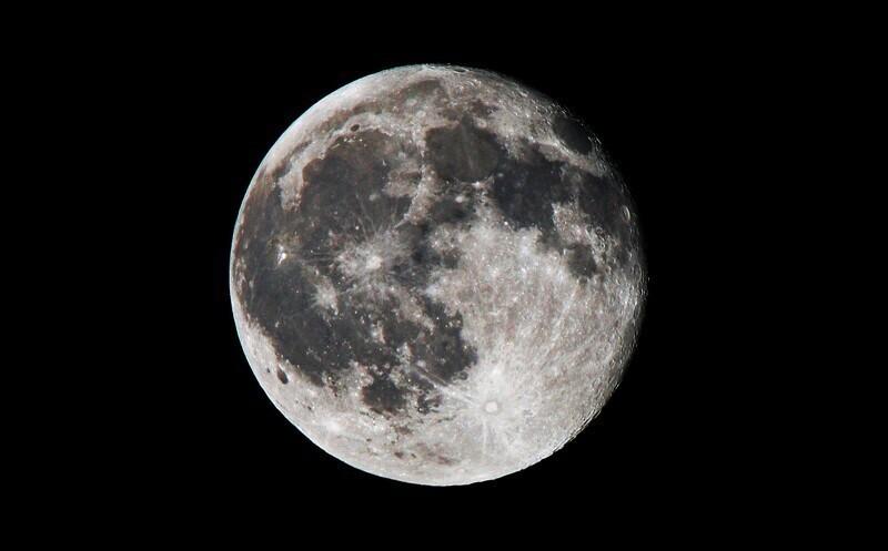 Притяжение Луны меньше земного в 6 раз