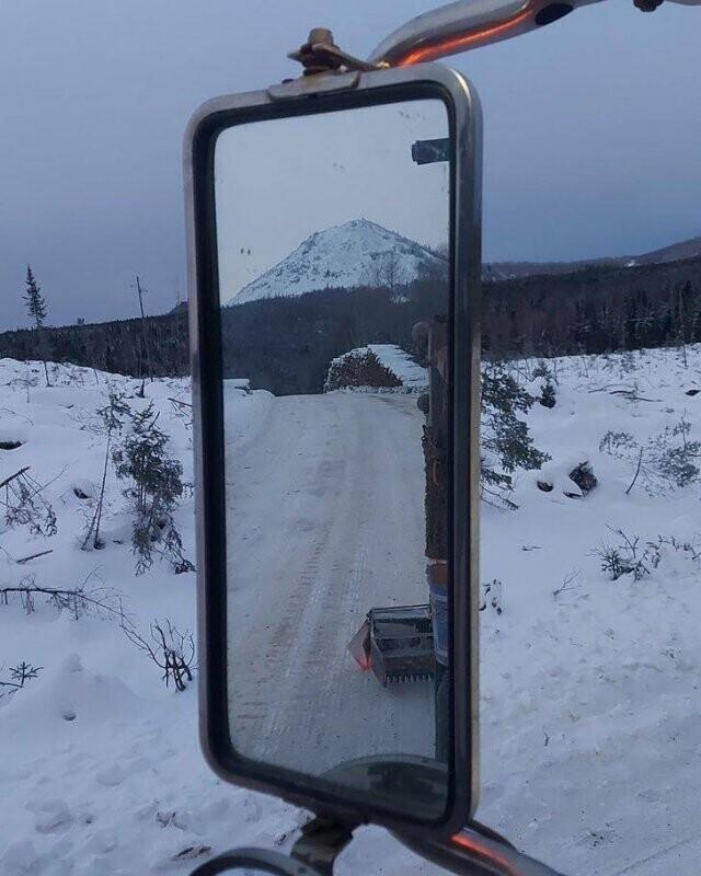 Вид из бокового зеркала вписался в вид впереди