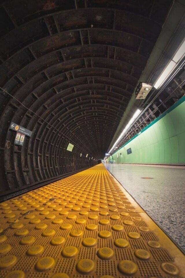Фото станции метро в Торонто, Канада