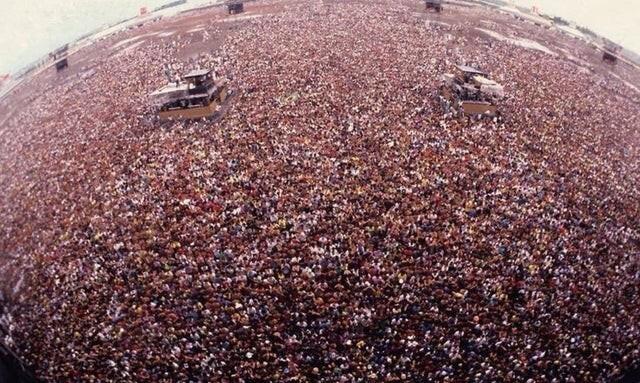 Концерт Metallica в Москве, который состоялся всего за пару месяцев до распада Советского Союза на военном аэродроме (1991 г.). На концерте присутствовало 1,6 миллиона человек, и это один из самых посещаемых концертов в истории человечества
