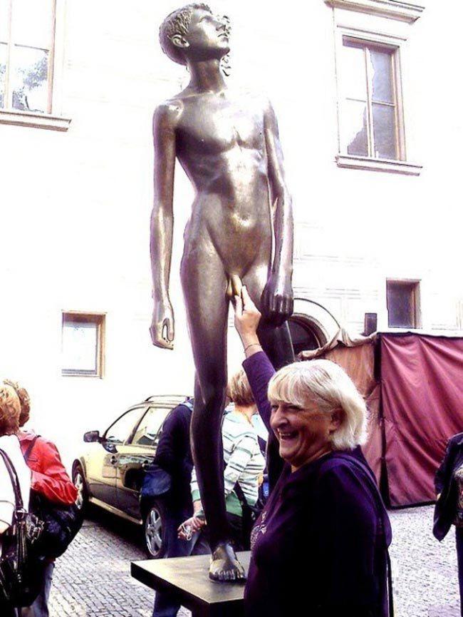 Не три на счастье: 9 статуй, испорченных туристами-извращенцами