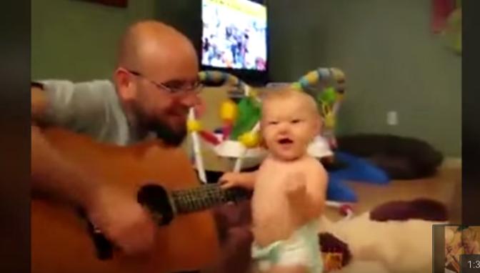 Эта кроха была рождена, чтобы любить рок. Ее реакция на хит Bon Jovi рассмешит тебя!
