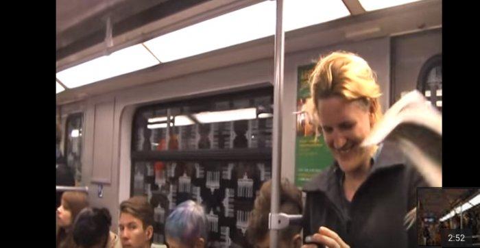 Эта женщина рассмеялась в метро. Вскоре вагон превратился в настоящий сумасшедший дом!
