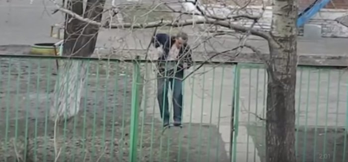 Этот пьяный мужчина пытался перелезть через забор. Но он и представить себе не мог, чем это закончится!
