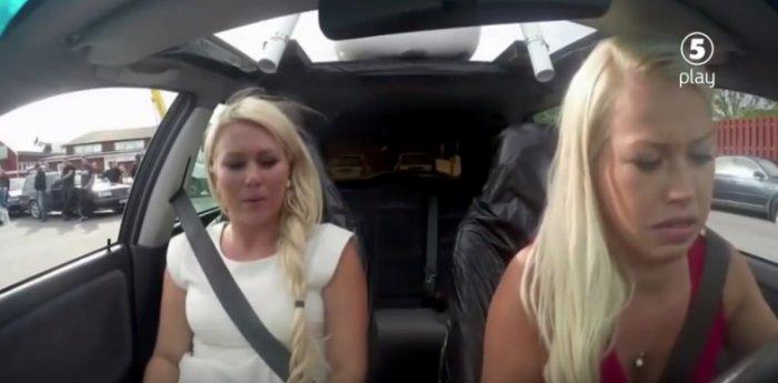 Чтобы научить девушек водить машину, инструктор пошел на хитрость.