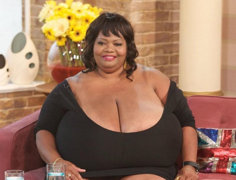 7 девушек с самой большой грудью. При встрече им мало кто смотрит в глаза.