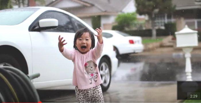 Эта малышка впервые увидела дождь. Только посмотри на ее реакцию!