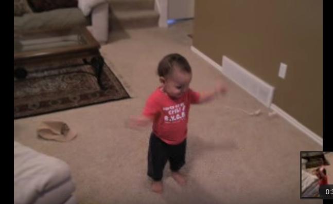 Этот малыш своим зажигательным танцем, поднимет вам настроение на целый день!