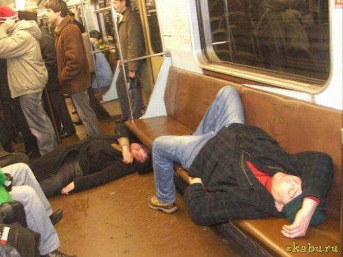 Фото наших девушек в транспорте и на улице, мужик ссыт двум бабам в пизду
