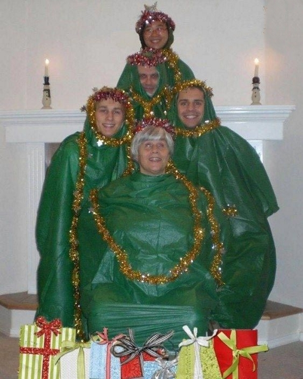 17 нелепых рождественских фотографий, которые не стоило выкладывать в Сеть...