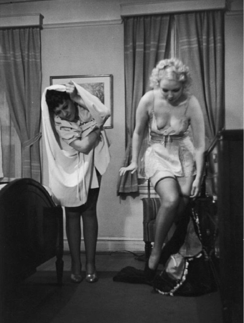 Это невероятно смешная инструкция о том, как нужно раздеваться перед супругом 1937 года