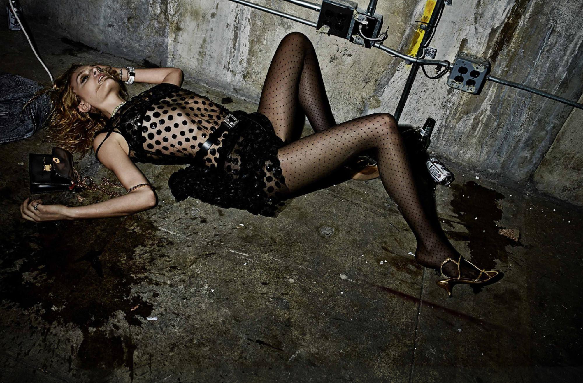 связанная девушка в подвале блондинка свой