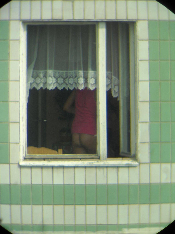 podglyadel-v-okno-za-devushkoy