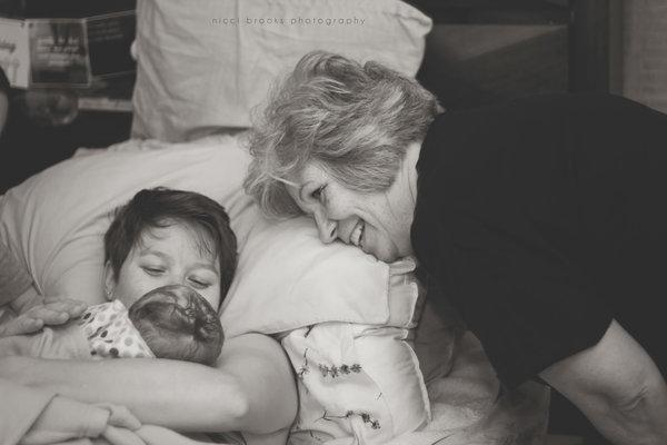Невероятно трогательные фото 20 матерей, поддерживающих своих дочерей во время родов!(18+)