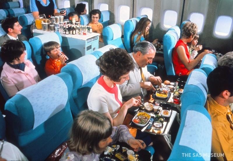 Авиакомпания показала, чем кормили в самолетах полвека назад
