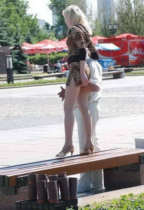 фото у девушек в парке под юбкой