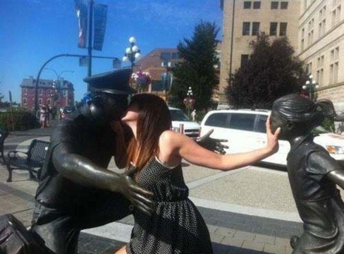 Весельчаки со статуями!