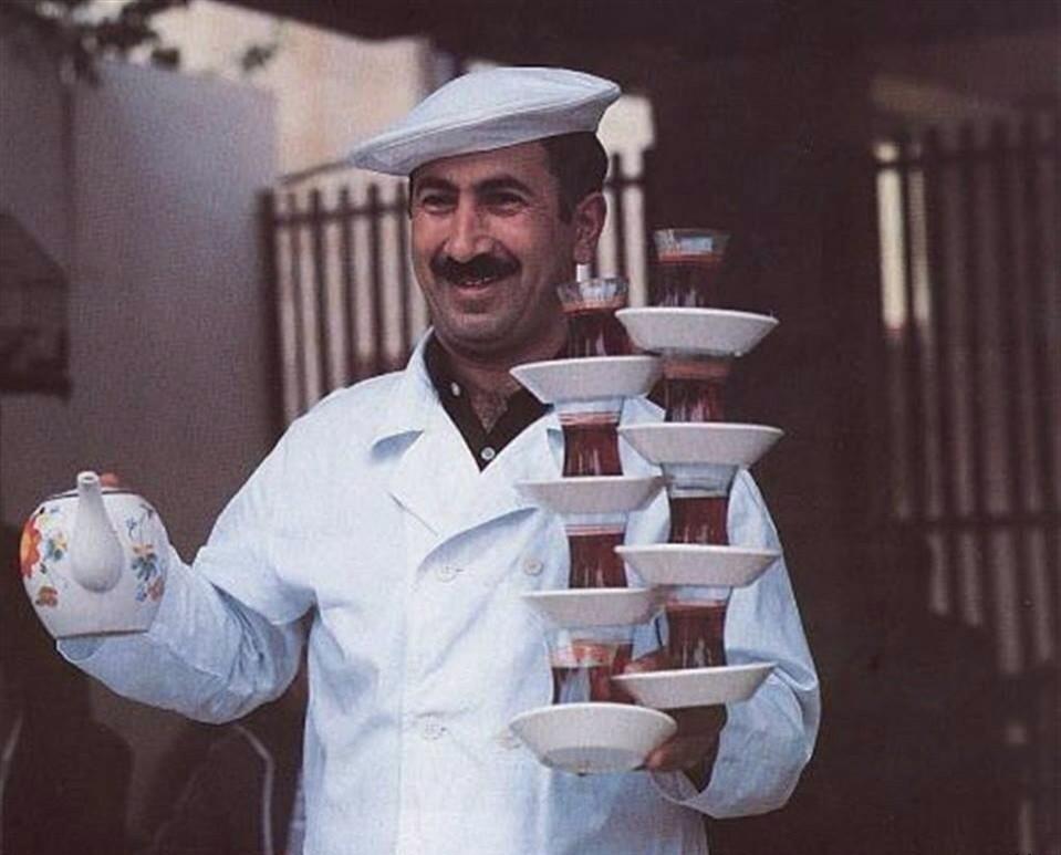 Профессиональные официанты. А вам слабо?